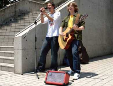 Buskers with the Roland Cube: Is it the best busking amp?